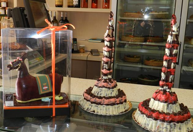 Pastisseria Valls crea la Mulassa i el 3 de 9 f de les colles vallenques de xocolata